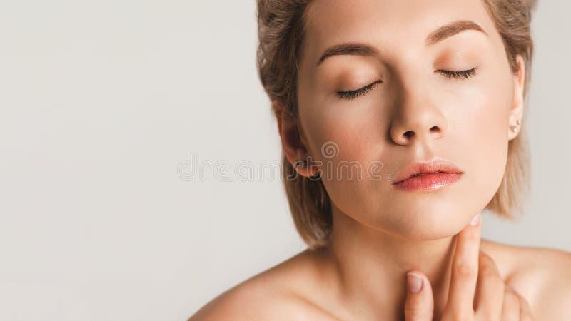 Atrakcyjna dziewczyna z zamkniętymi oczami Koncepcja zdrowej skóry Kopiuj miejsce obrazy stock