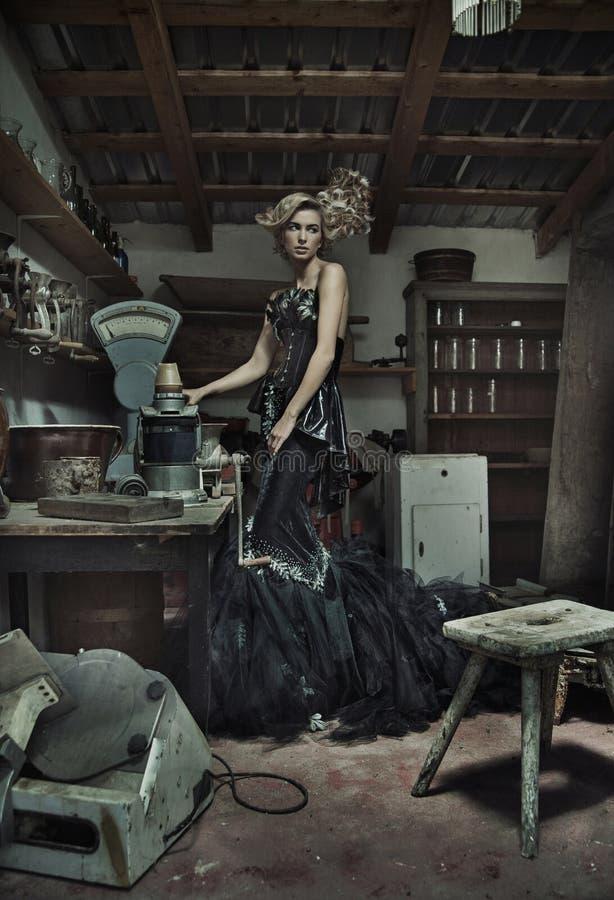 Atrakcyjna elegancka dama w retro pokoju zdjęcia royalty free