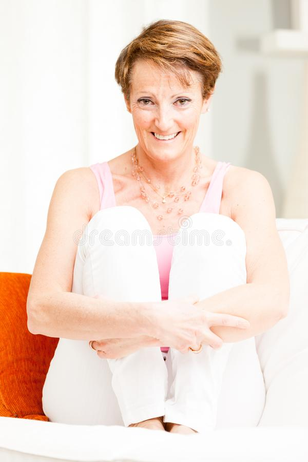 Atrakcyjna elegancka dojrzała kobieta relaksuje w domu zdjęcia stock
