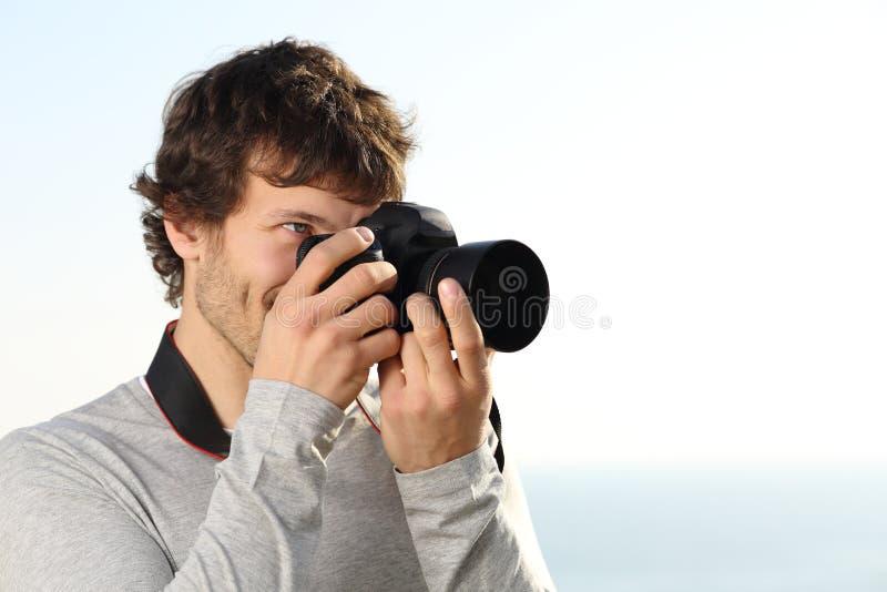 Atrakcyjna fotografia fotografuje z slr kamerą obraz stock