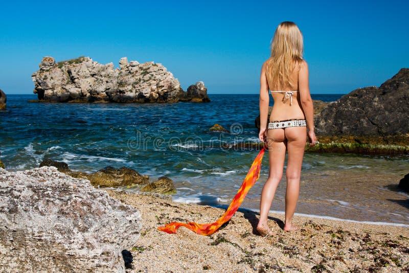 Atrakcyjna i seksowna blondynki dziewczyna na plaży fotografia stock