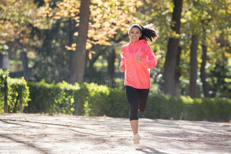Atrakcyjna i szczęśliwa biegacz kobieta biega a w jesieni sportswear obraz stock