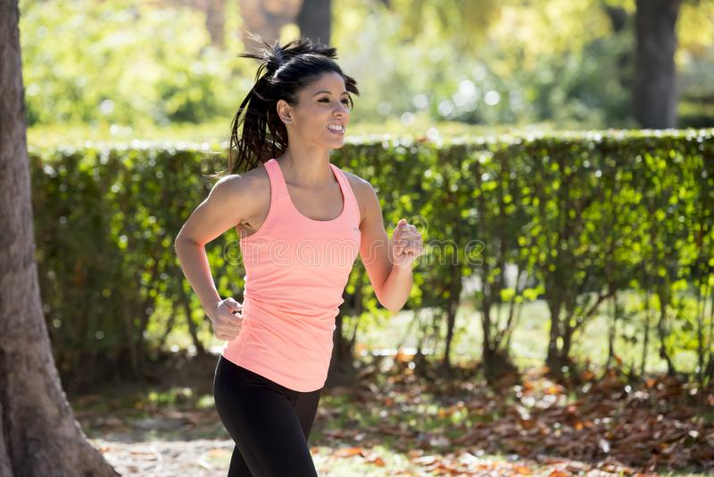 Atrakcyjna i szczęśliwa biegacz kobieta w zdjęcie royalty free