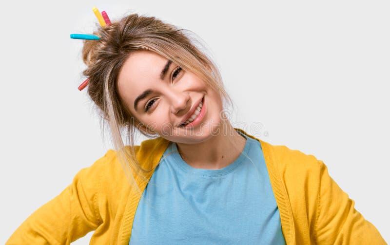 Atrakcyjna Kaukaska młoda kobieta w żółtej bluzce i błękitnej koszulce z kolorowymi markierami na włosy, ono uśmiecha się szeroko fotografia royalty free