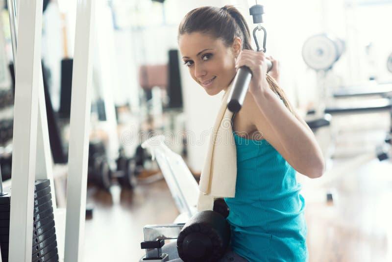 Atrakcyjna kobieta ćwiczy przy gym zdjęcie stock