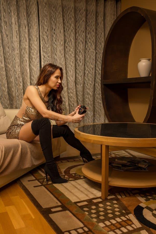 Atrakcyjna kobieta bawić się gra wideo fotografia stock