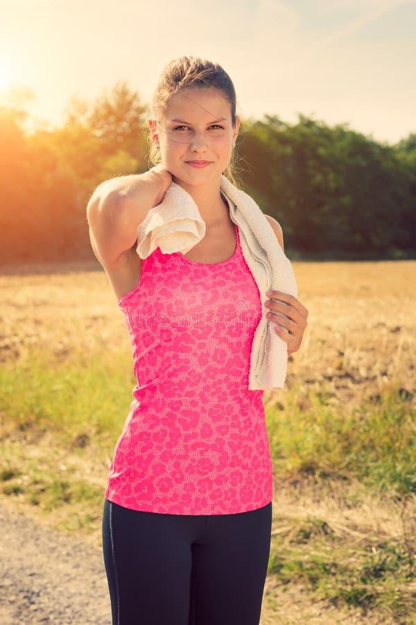 Atrakcyjna kobieta bierze przerwę po jogging obraz royalty free