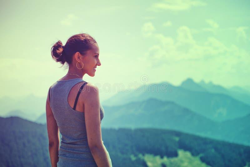 Atrakcyjna kobieta cieszy się piękno natura zdjęcia stock