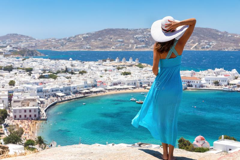 Atrakcyjna kobieta cieszy się widok nad miasteczkiem Mykonos obrazy stock