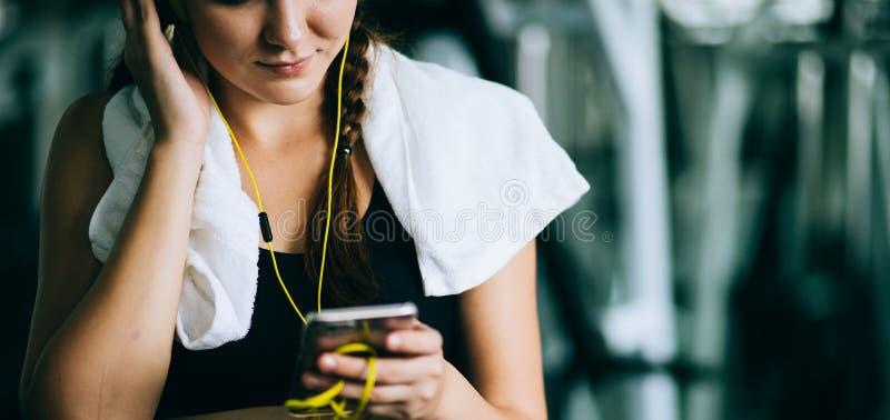 Atrakcyjna kobieta jechać na rowerze w gym, ćwiczy nogi robi cardio treningu kolarstwu jechać na rowerze obraz royalty free