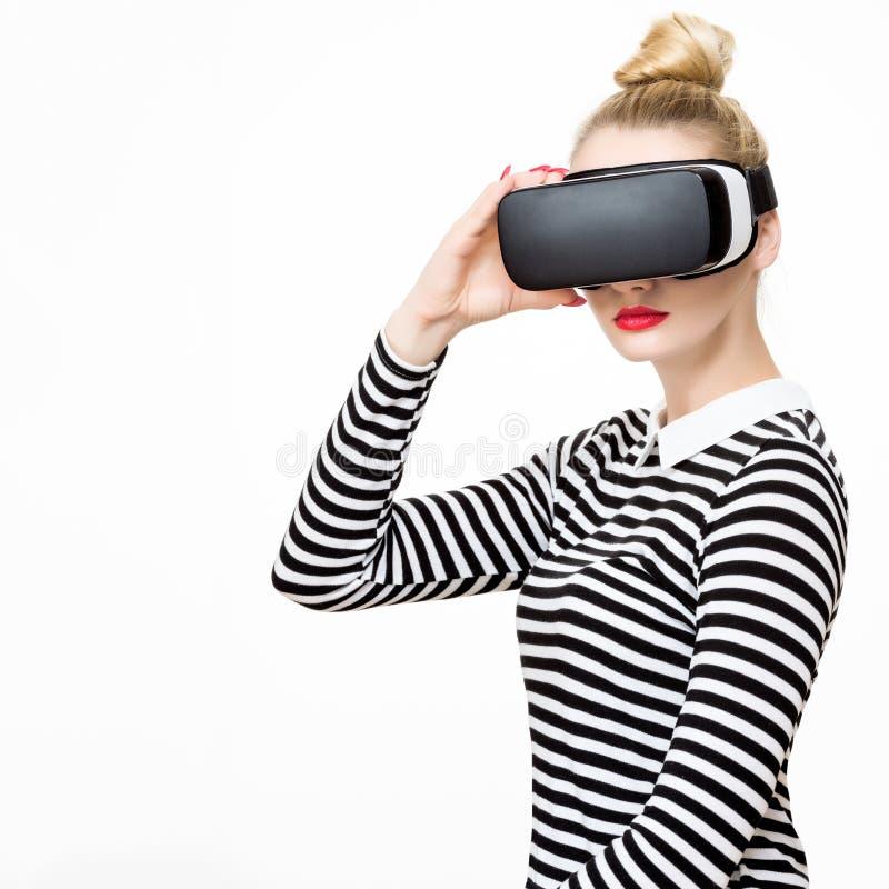 Atrakcyjna kobieta jest ubranym rzeczywistość wirtualna szkła Rzeczywistości wirtualnej pojęcie na białym tle zdjęcie stock