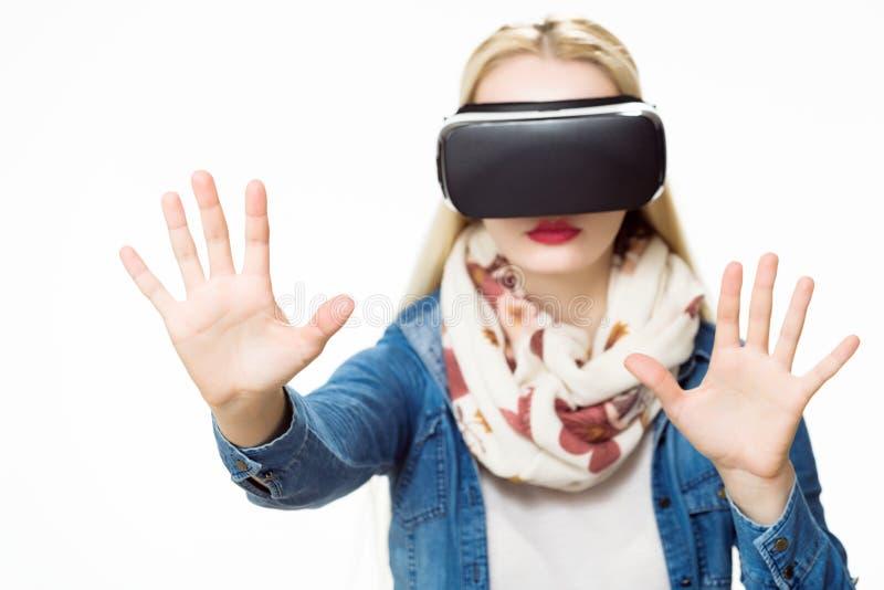 Atrakcyjna kobieta jest ubranym rzeczywistość wirtualna szkła Rzeczywistości wirtualnej pojęcie na białym tle zdjęcia royalty free