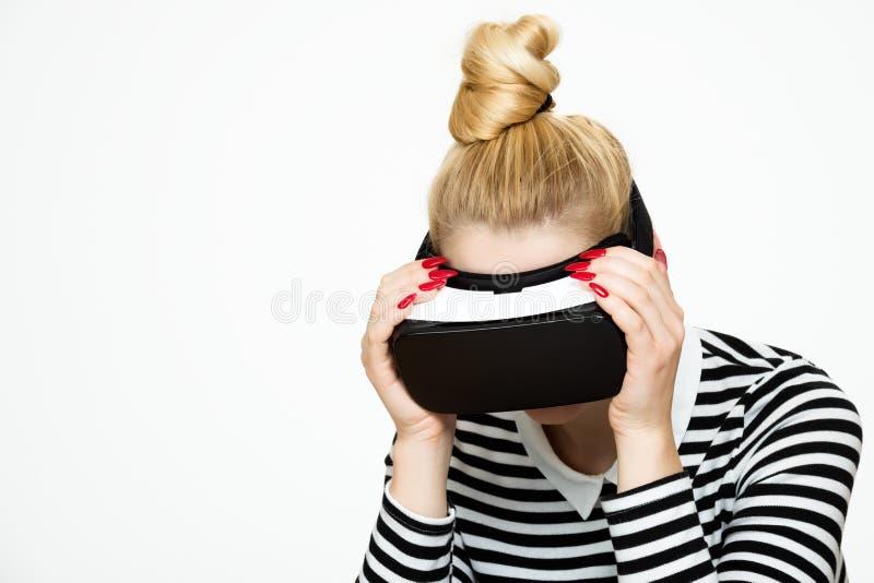 Atrakcyjna kobieta jest ubranym rzeczywistość wirtualna szkła VR słuchawki Rzeczywistości Wirtualnej pojęcie obraz royalty free