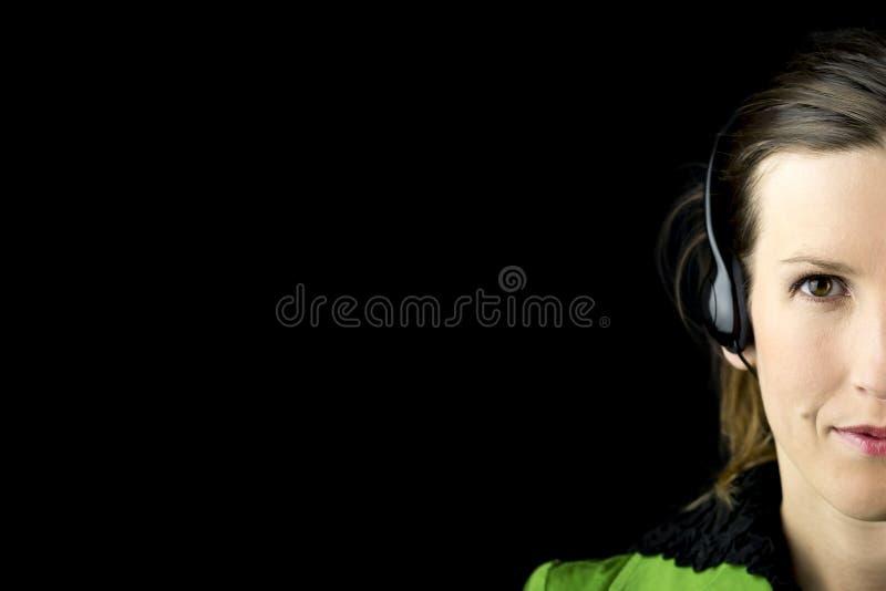 Atrakcyjna kobieta jest ubranym słuchawki zdjęcie stock