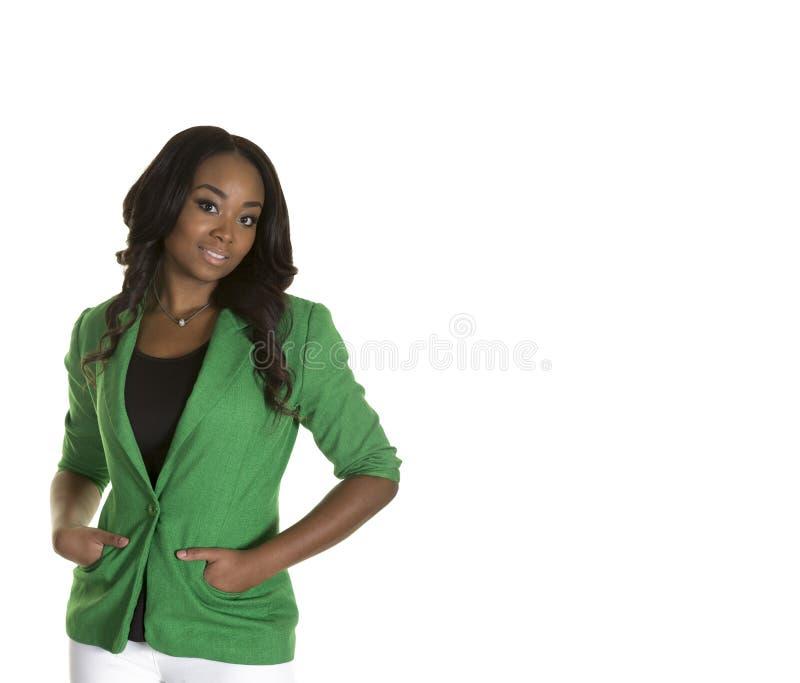 Atrakcyjna kobieta jest ubranym zieloną kurtkę ono uśmiecha się przy kamerą obrazy stock