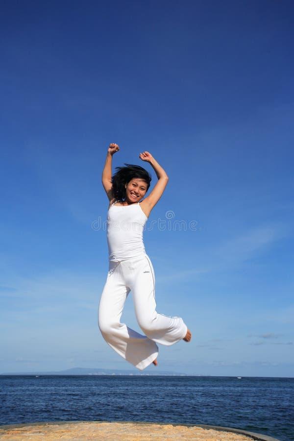 atrakcyjna kobieta jumping obrazy royalty free