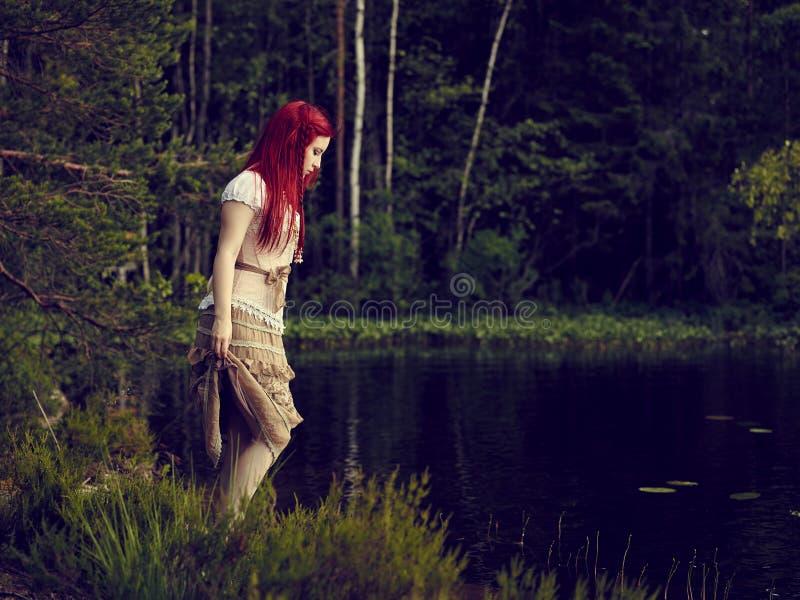 Atrakcyjna kobieta na jeziorze zdjęcia stock