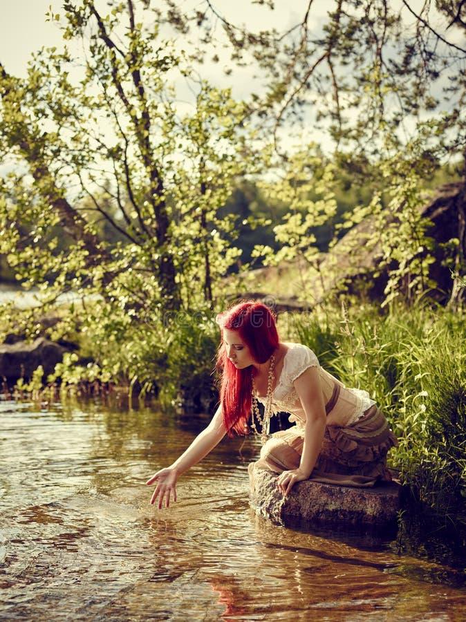 Atrakcyjna kobieta na jeziorze obraz stock
