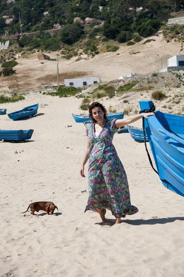 Download Atrakcyjna Kobieta Na Seashore Obraz Stock - Obraz złożonej z skóra, osoba: 53780179