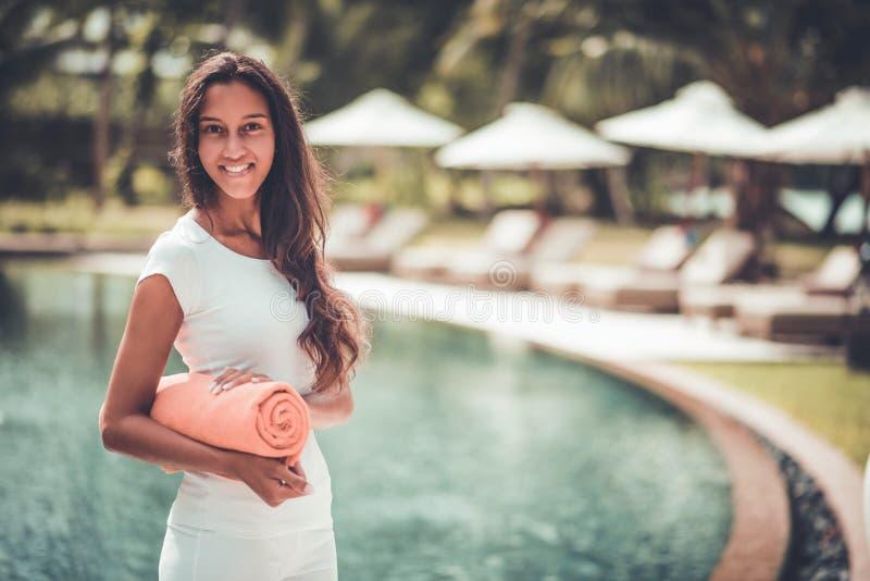 Atrakcyjna kobieta na tropikalnym wakacje zdjęcia royalty free