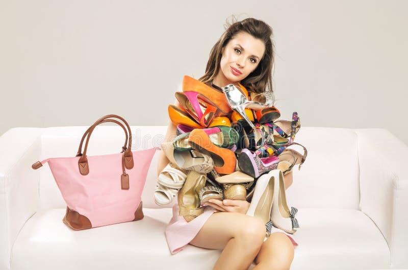 Atrakcyjna kobieta niesie rozsypisko buty obraz stock
