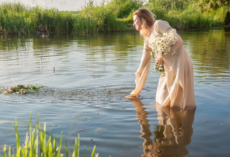 Atrakcyjna kobieta obniża wianek w wodzie zdjęcie royalty free