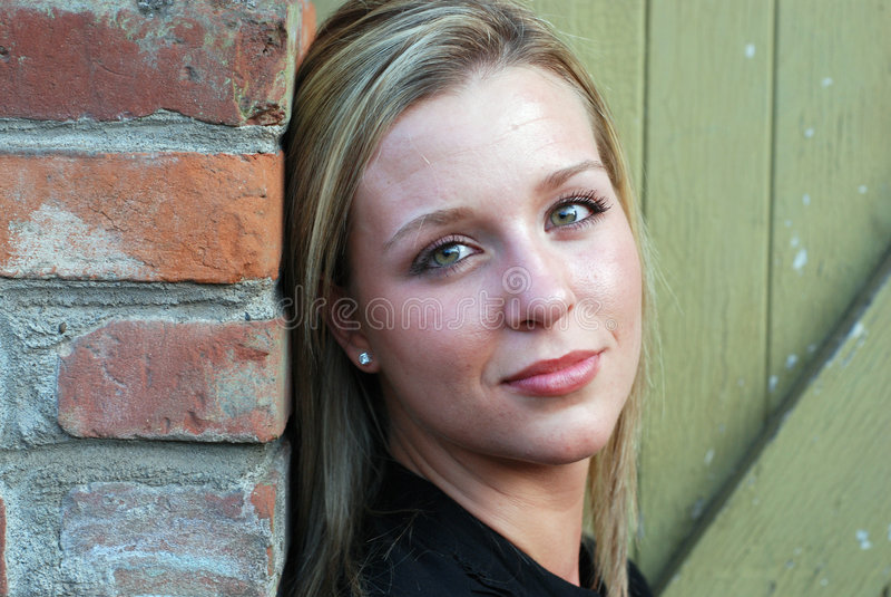 atrakcyjna kobieta patrzy na stronę pozioma zdjęcia stock