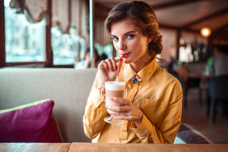 Atrakcyjna kobieta pije koktajl od słomy fotografia stock