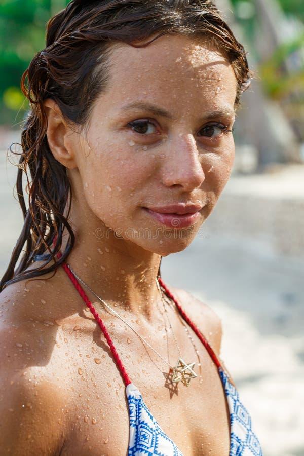 Atrakcyjna kobieta pod prysznic zdjęcia royalty free