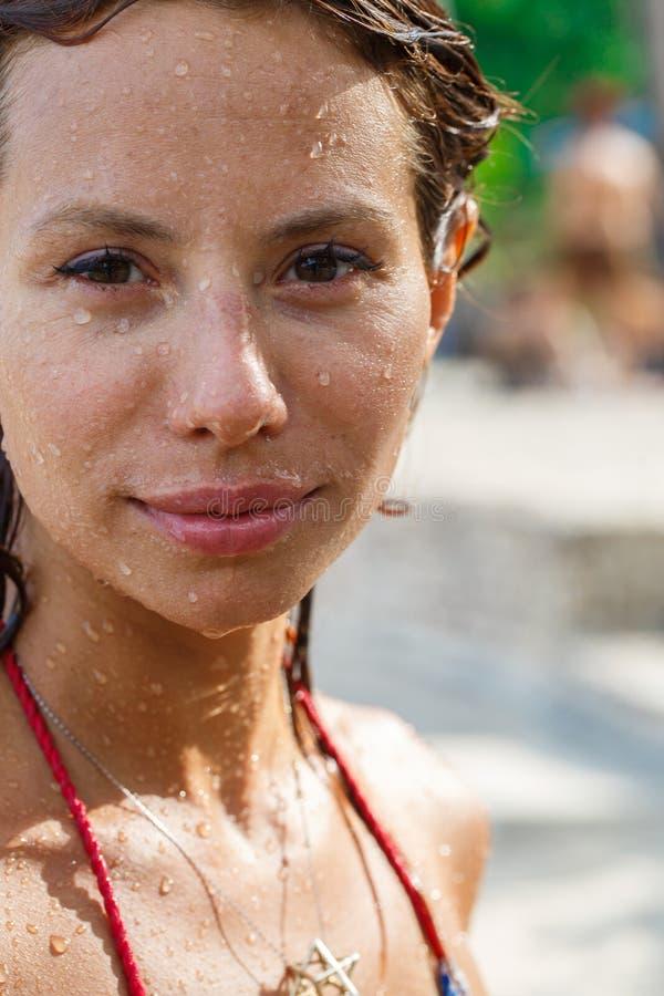 Atrakcyjna kobieta pod prysznic obrazy royalty free