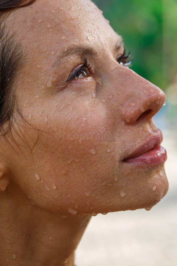 Atrakcyjna kobieta pod prysznic zdjęcie stock