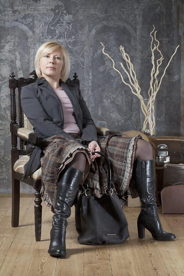 Atrakcyjna kobieta pozuje w krześle obraz royalty free