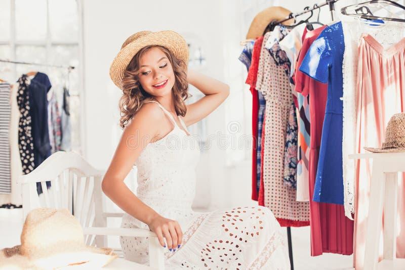 Atrakcyjna kobieta próbuje na kapeluszu Szczęśliwy lato zakupy obrazy stock
