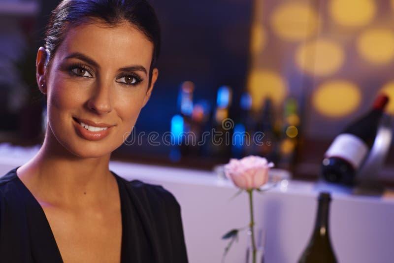 Atrakcyjna kobieta przy wieczór obraz stock