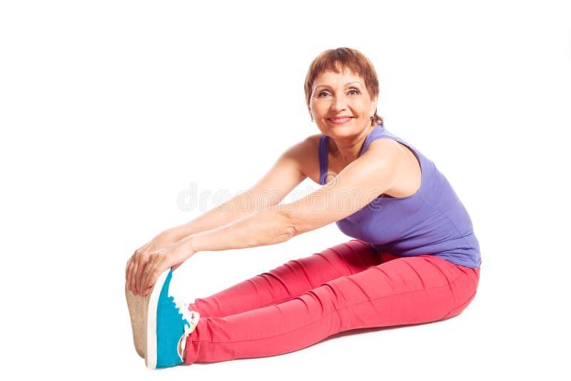 Atrakcyjna kobieta 50 rok robi sprawności fizycznej fotografia royalty free