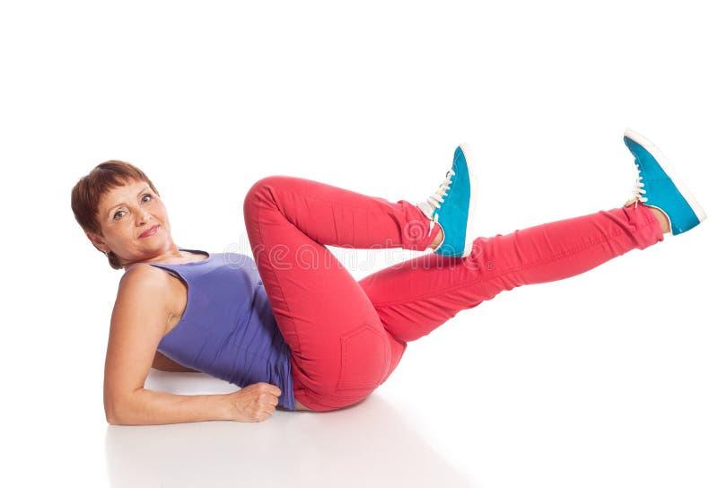 Atrakcyjna kobieta 50 rok robi sprawności fizycznej zdjęcia stock