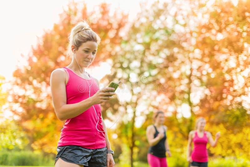 Atrakcyjna kobieta słucha muzyka podczas sporta fotografia stock