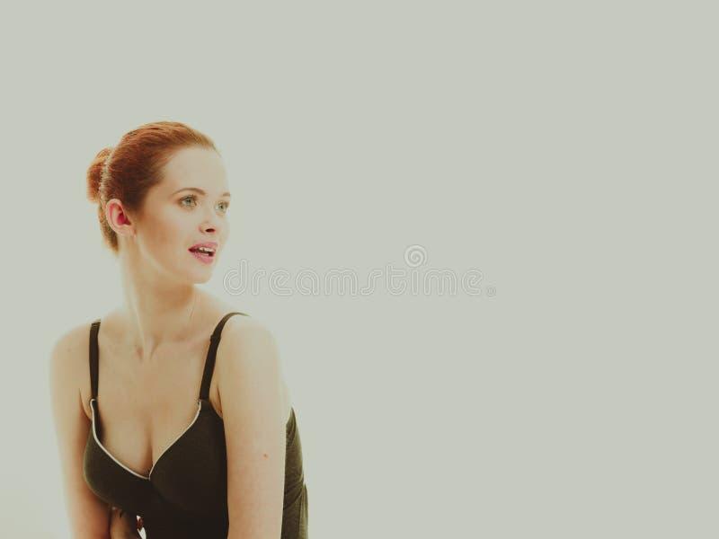 Atrakcyjna kobieta w czarnej swimsuit stylu bieliźnie zdjęcie stock