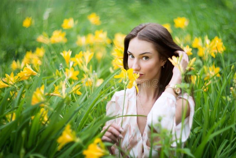 Atrakcyjna kobieta w kolorze żółtym kwitnie lelui pole zdjęcia royalty free