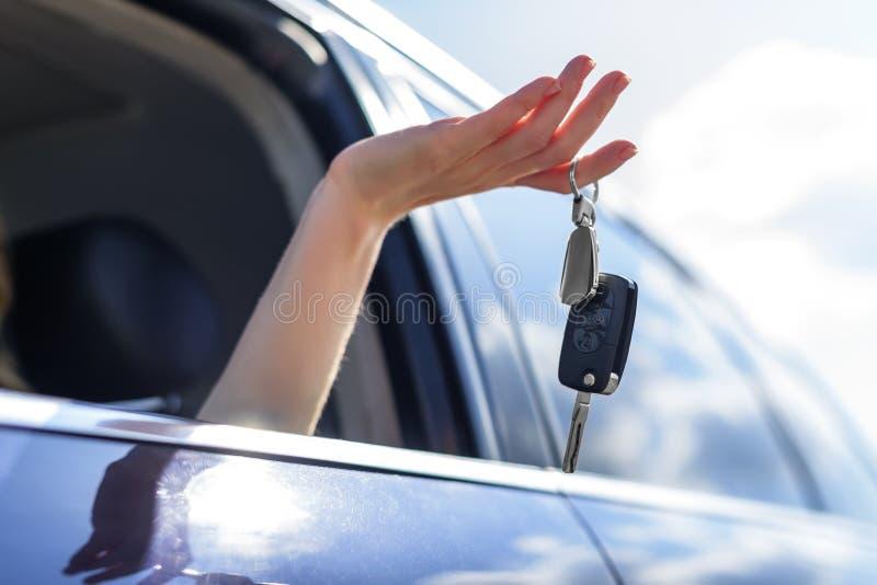 Atrakcyjna kobieta w samochodzie dostaje samochodowych klucze Czynsz lub zakup samochód zdjęcie royalty free
