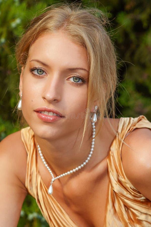 Atrakcyjna kobieta w złoto sukni obrazy royalty free