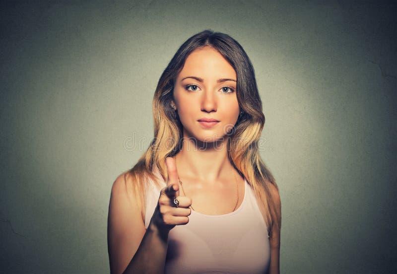 Atrakcyjna kobieta wskazuje jej palec przy tobą kamera gest obrazy stock
