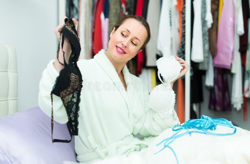 Atrakcyjna kobieta wybiera uwodzicielskiego underclothing fotografia royalty free