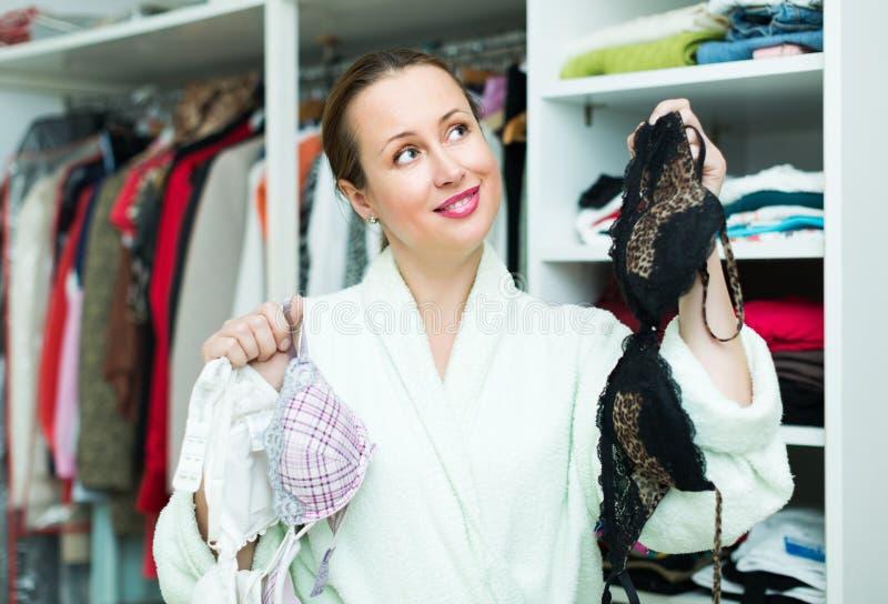 Atrakcyjna kobieta wybiera uwodzicielskiego underclothing obrazy stock