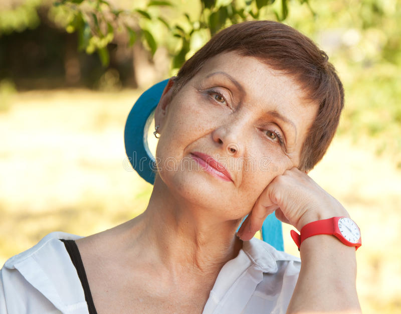 Atrakcyjna kobieta z krótkim włosy 50 rok w pa obrazy royalty free