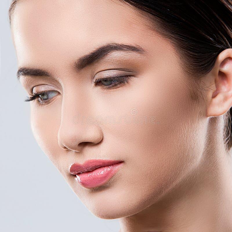 Download Atrakcyjna Kobieta Z Piękną Twarzą Zdjęcie Stock - Obraz złożonej z twarz, fryzury: 41955658