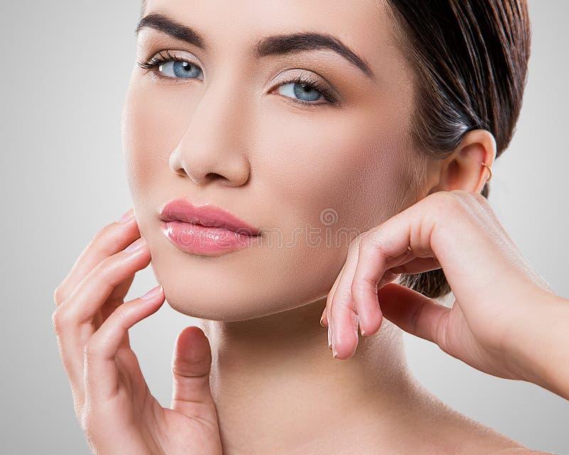 Download Atrakcyjna Kobieta Z Piękną Twarzą Zdjęcie Stock - Obraz złożonej z wspaniały, uroczy: 41955720