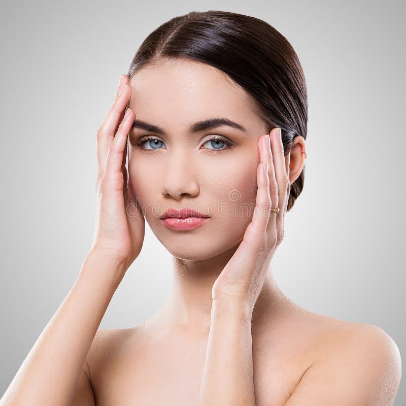 Download Atrakcyjna Kobieta Z Piękną Twarzą Zdjęcie Stock - Obraz złożonej z czysty, human: 41955750