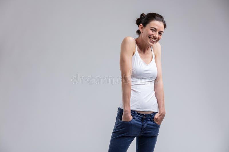 Atrakcyjna kobieta z słodkim nieskorym wyrażeniem obrazy stock