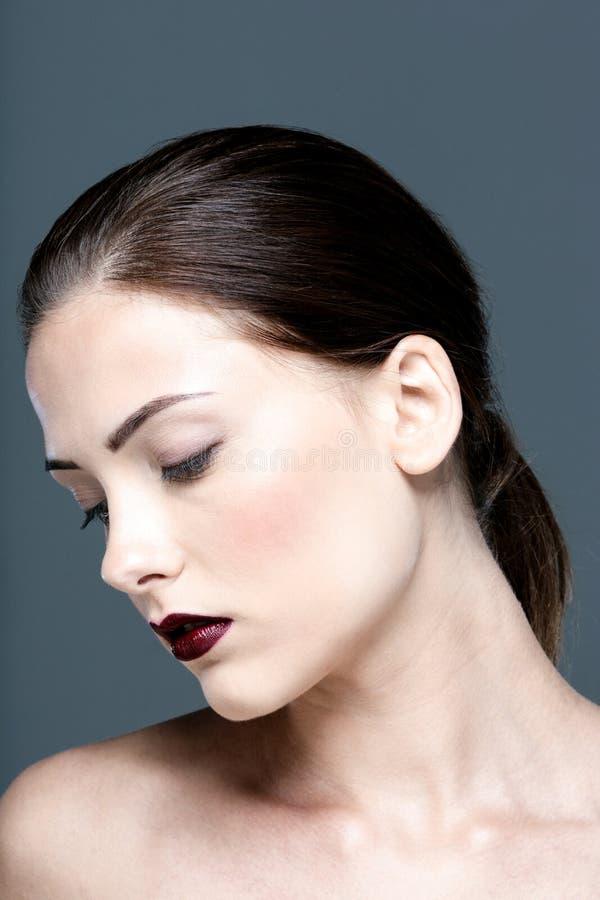 Atrakcyjna kobieta z zamkniętymi oczami zdjęcia stock